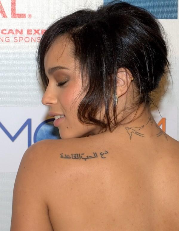 famosa actriz y cantante con el tatuaje en arabe de la frase respeta el amor