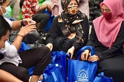 Dyah Erti Ikut Packing Langsung Bantuan Sembako Covid-19 Humas Aceh