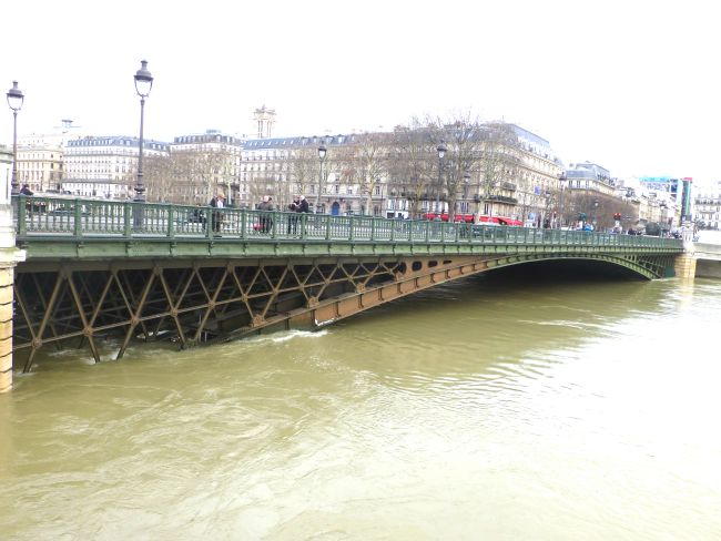 Rising water level at the Seine