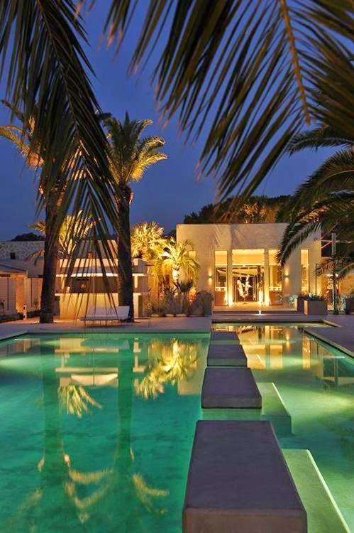 piscina-enorme-iluminada