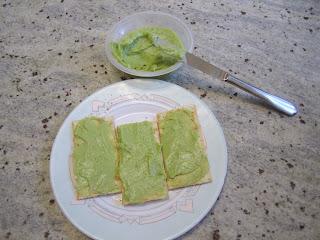 Guacamole étalé sur des crackers