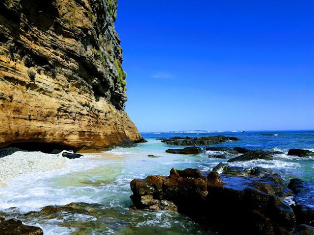 Nằm ở thôn Đông, xã An Hải (đảo Lý Sơn), dưới chân núi Thới Lới, Hang Câu được thiên nhiên ban tặng một vẻ đẹp hùng vĩ giữa một bên là núi cao, một bên là biển trời.