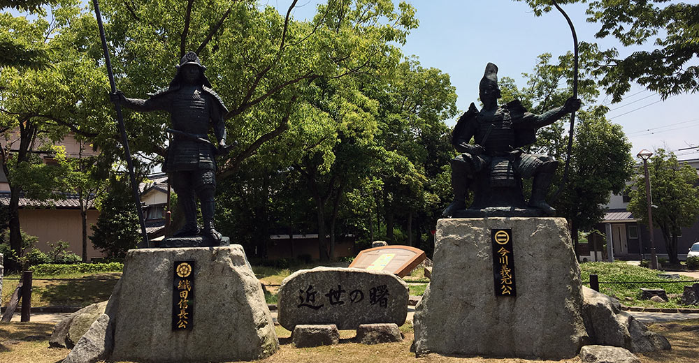 桶狭間古戦場公園に並び立つ両軍大将の銅像(2017年6月10日撮影)