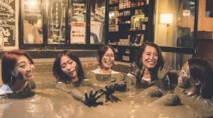Menikmati Minum Di Bar, Sambil Menikmati Mandi Lumpur