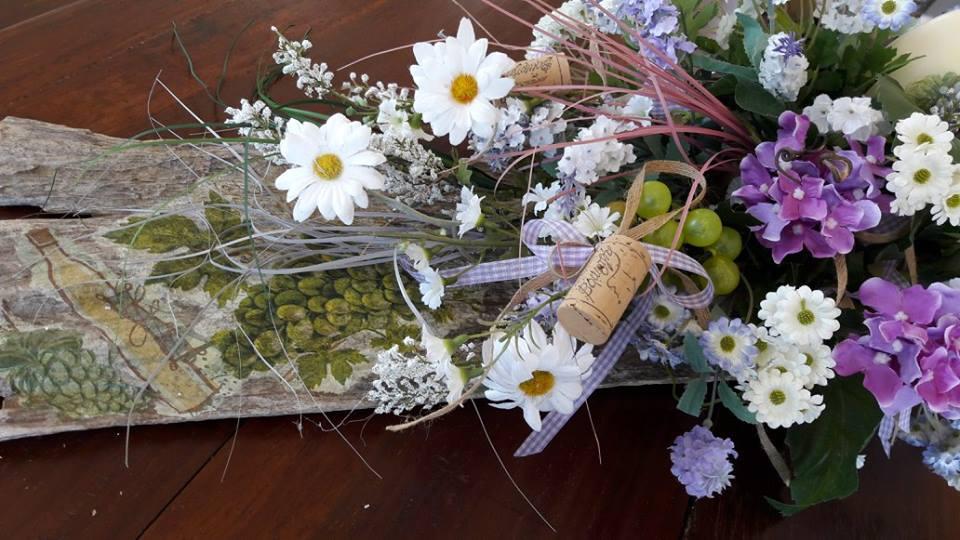 αντικείμενο - στεφάνι διακοσμητικό, Πασχαλινό, με λουλούδια, φελλό και τεχνητά αυγά, που μπορείτε να τοποθετήσετε σε οποιοδήποτε σημείο του χώρου σας και να τον ομορφύνετε!