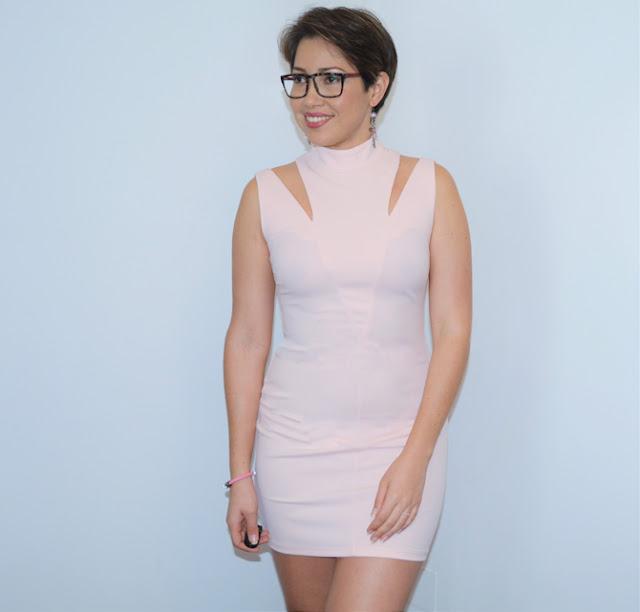 vestido con corte asimetrico
