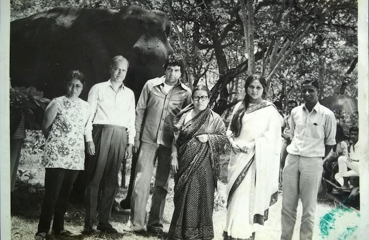 Darmendra, Nirupa Roy group photo
