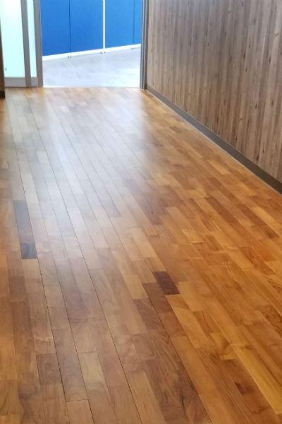 オフィスの床に使用したチーク無垢フローリング直貼り