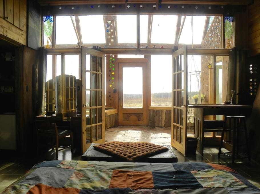 07-airbnb-Architecture-with-the-Earthship-Sustainable-Home-www-designstack-co