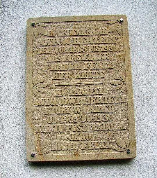Tablica upamiętniajaca pustelnika Antona Hertelt, znanego jako brat Felix (Frater Felix).