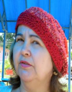 gorro de lã de lã laranja, visto de frente, na cabeça de uma mulher