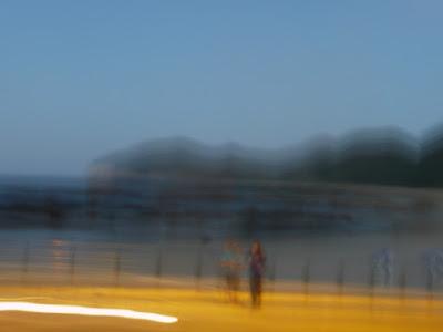 foto desdibujada de una playa con dos perfiles
