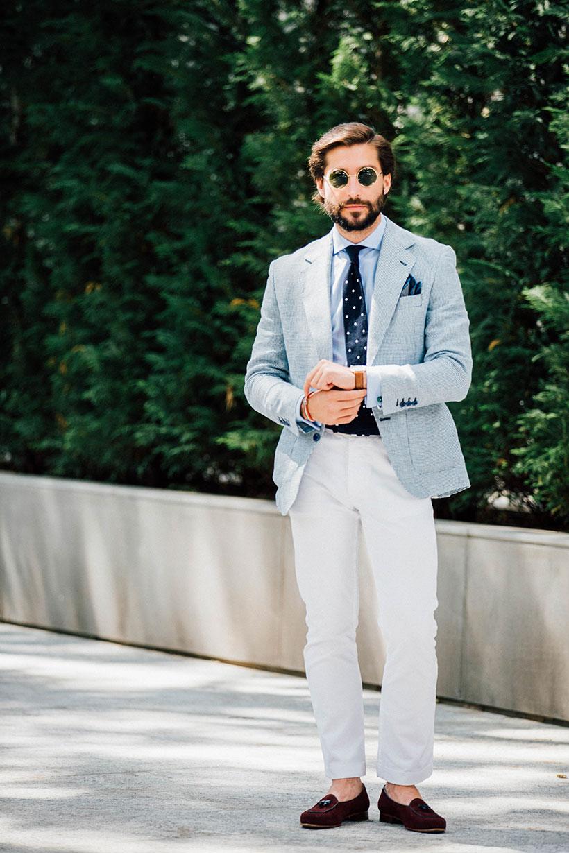 ライトグレーテーラードジャケット×青シャツ×紺白ドットタイ×白パンツ×ブラウンタッセルローファー