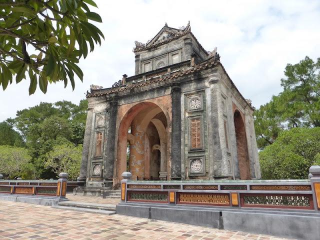 Tumba del emperador Tu Duc. Templete protector de la estela más grande de Vietnam