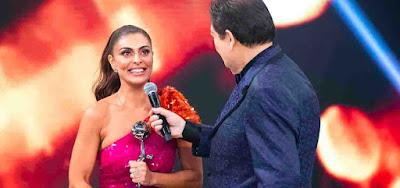 Ao lado de Fausto Silva, Juliana Paes