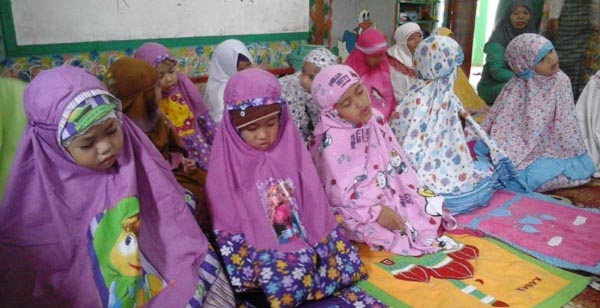 foto praktik sholat anak usia dini, mengajarkan anak sholat sejak dini