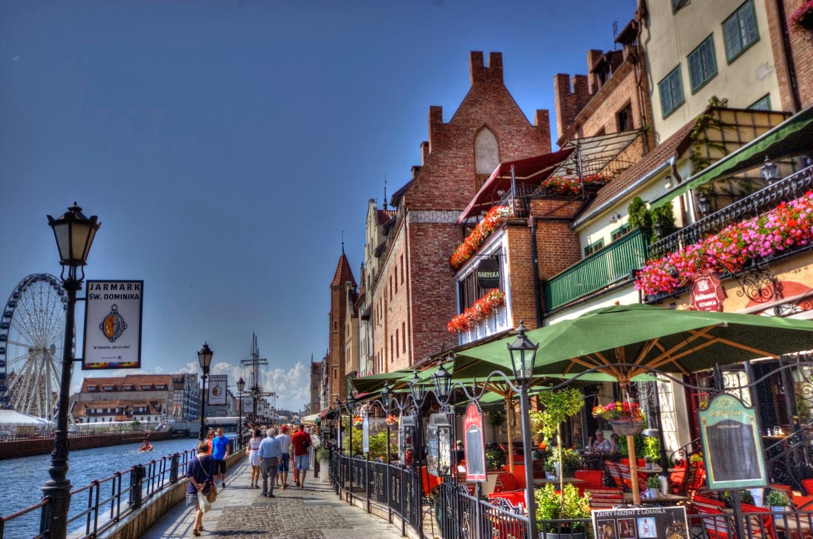 wybrzeże i promenada w Gdańsku wzdłuż portu