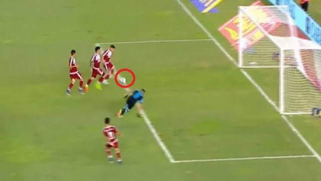 حارس أرجنتيني يصبح حديث العالم بعد تصديه لهذه الكرة تصدى للكرة كحارس المرمى رعد في الكابتن ماجد