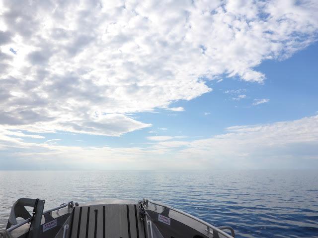 Veneen keula halkoo tyyntä merta
