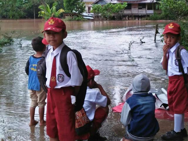 [FOTO] Terhalang Banjir, Murid SD di Tana Toraja Tak Bisa Sekolah
