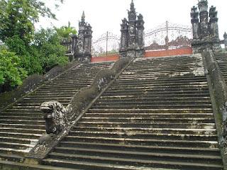 Escalera con barandilla en forma de dragon - Tumba Imperial Khai Dinh