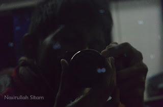 Iseng memotret diri sendiri dari pantulan kaca jendela