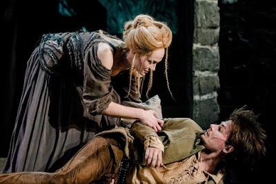Ewa Szlempo (Konstancja) i Piotr Bondyra (D'Artagnan)na scenie Teatru Muzycznego Capitol
