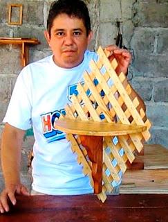 Adorno y repisa de madera