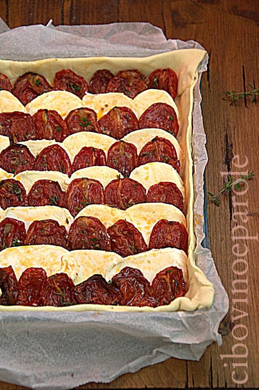 Disposizione pomodori e mozzarella nella torta salata