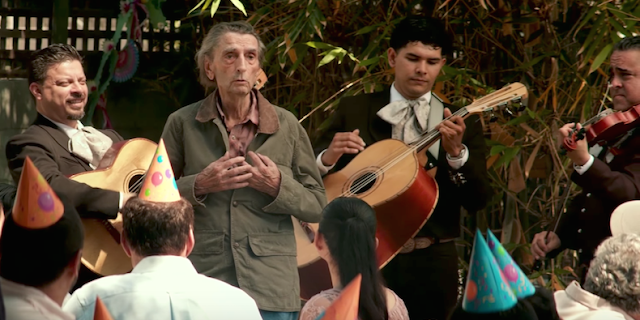 Lucky entonne une chanson mariachi dans Lucky