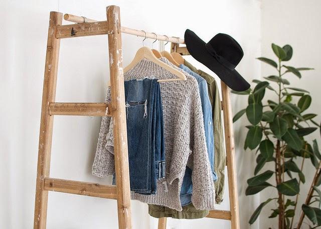 colgador de ropa artesanal creado con dos escaleras y una barra