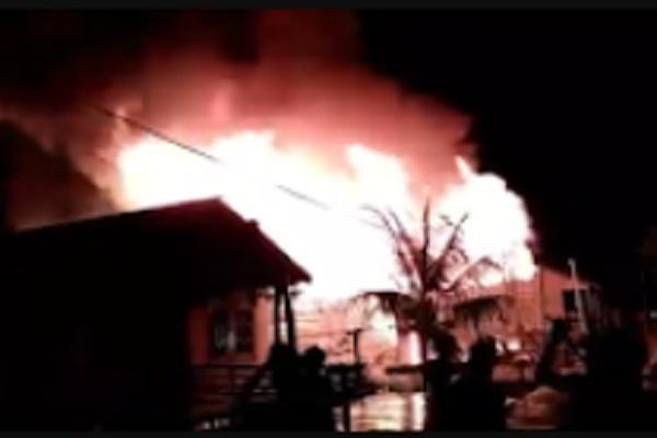 Viral Di Media Sosial, Sebuah Rumah Terbakar di Kapuas Hulu