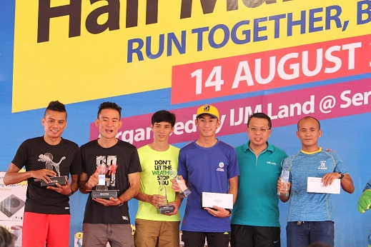 (Dua dari kanan) Mr Edward Chong, Pengarah Urusan IJM Land Berhad dengan 5 pemenang utama bagi kategori 21km Men Open Category
