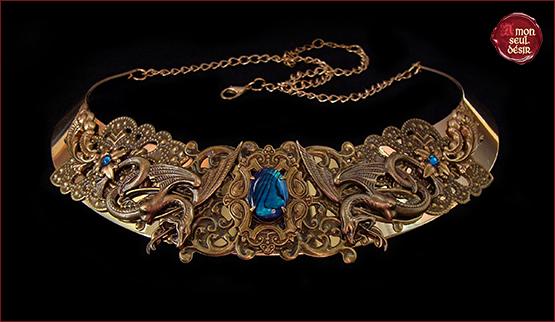 collier torque bronze medieval serpent vouivre gorgone meduse mythologie femme deesse reptile fee Melusine legende medievale mythical snake women necklace torc medieval renaissance jewelry bleu abalone paua shell