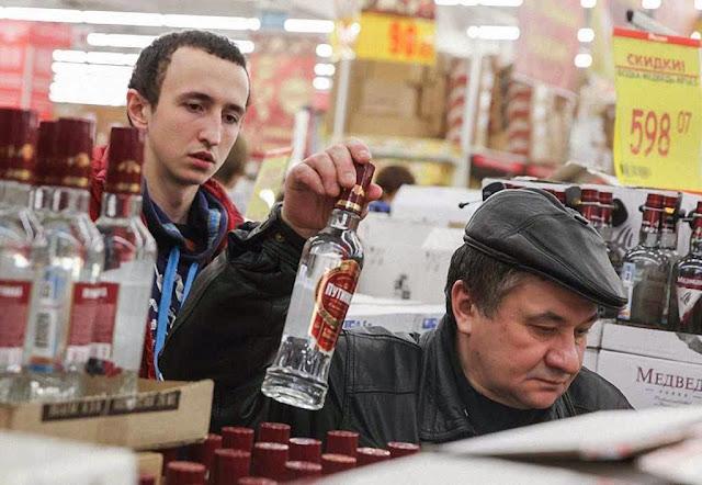 Venda de vodca num supermercado de Moscou.  Governo abaixou os preços para favorecer o consumo.