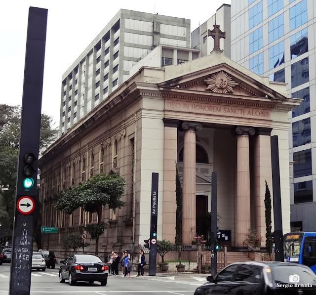 Vista ampla da fachada e lateral da Paróquia São Luís Gonzaga - Cerqueira César - São Paulo