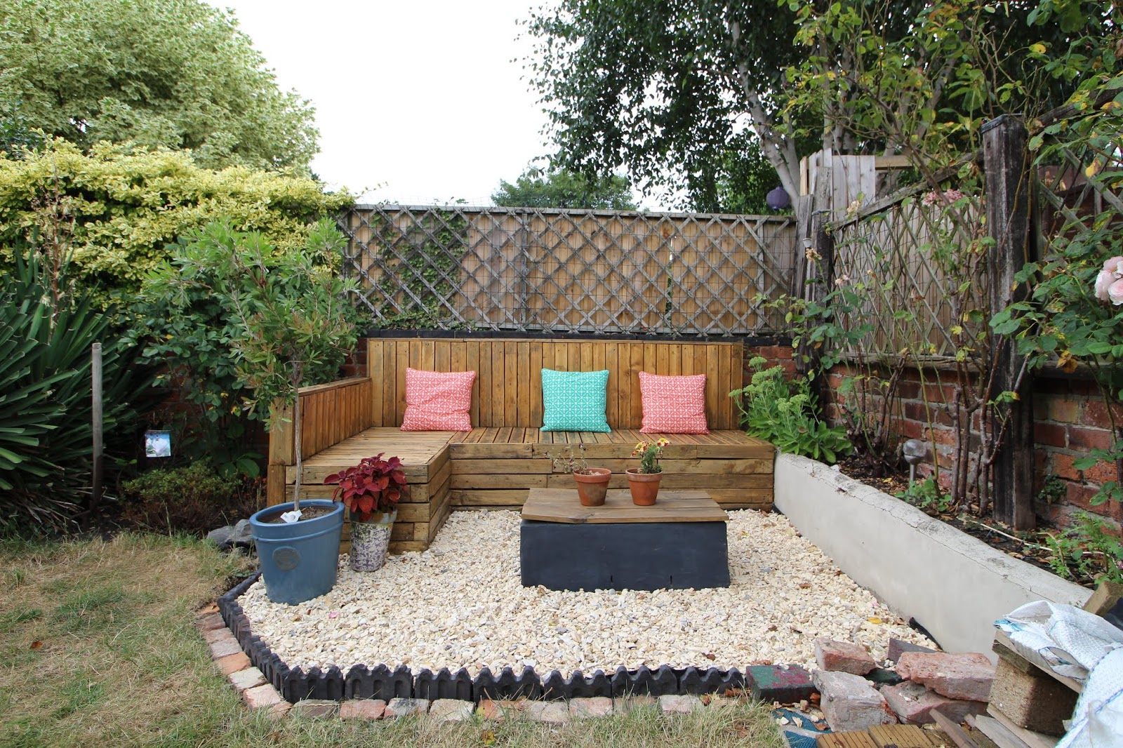 pallet seating in garden with gravel