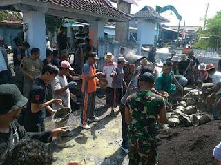 TNI, Polri dan Pol PP Gotong Rotong Lakukan Pengecoran Masjid Songak