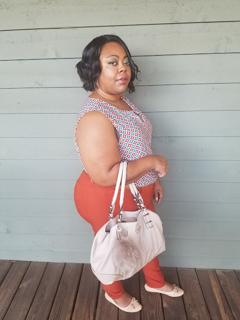 Curvy blogger wearing rust jeggings, printed tank, nude flats and handbag.