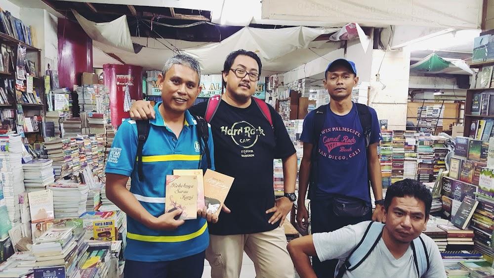 Empat Jejaka Berburu Buku