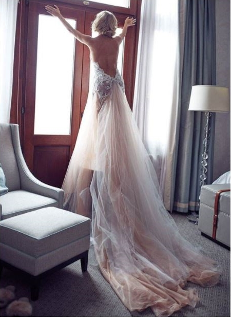 Zjawiskowa suknia ślubna z tiulu z długim trenem.