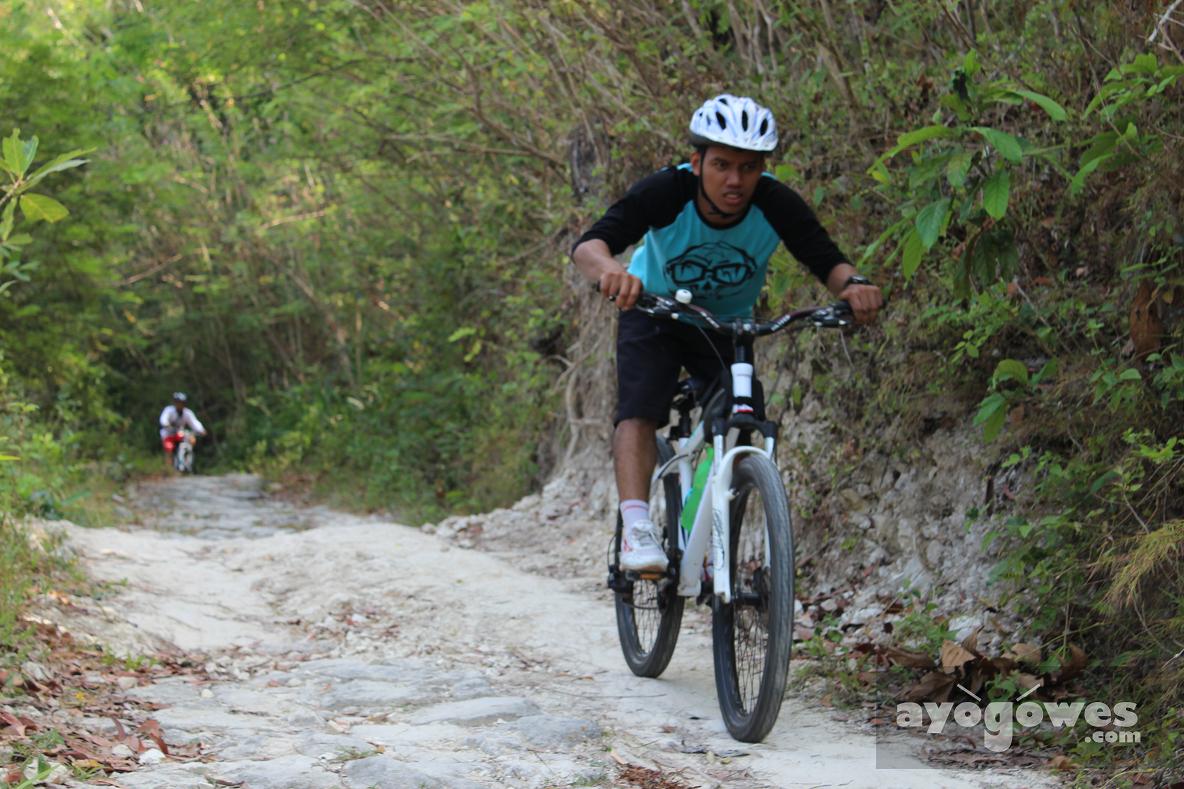 Tips downhill teknik gowes bersepeda di jalan menurun