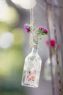 5 Garrafas com flores para a decoração
