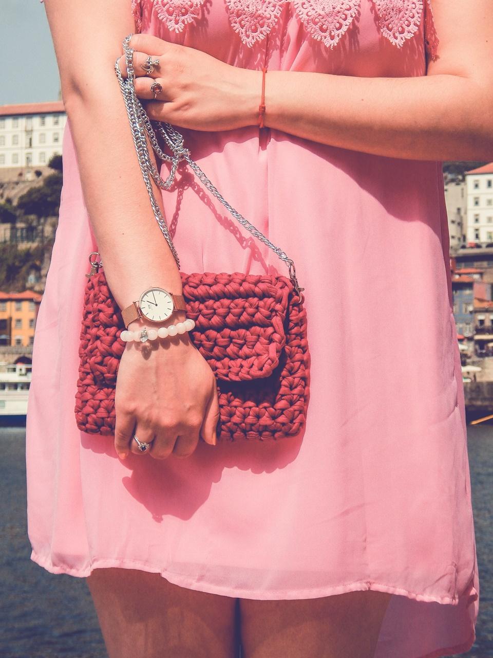 11 torebka handmade ręcznie robiona co kupić w portugalii w porto pleciona torebka z włóczki różowa sukienka z koronką białe sneakersy elegancja na sportowo