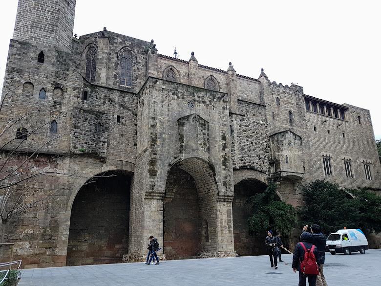 路過 Santa Àgata 教堂