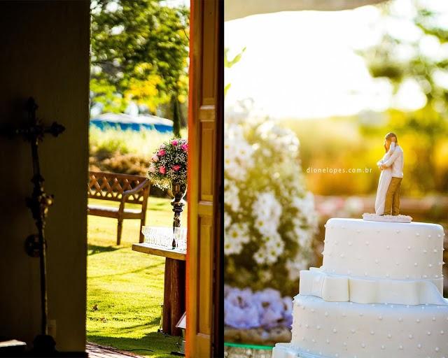 blog de casamento - uma vez noiva sempre noiva - cerimônia - casamento ao ar livre - decoração - casamento de dia - mesa do bolo - bolo - topo de bolo - vale verde betim