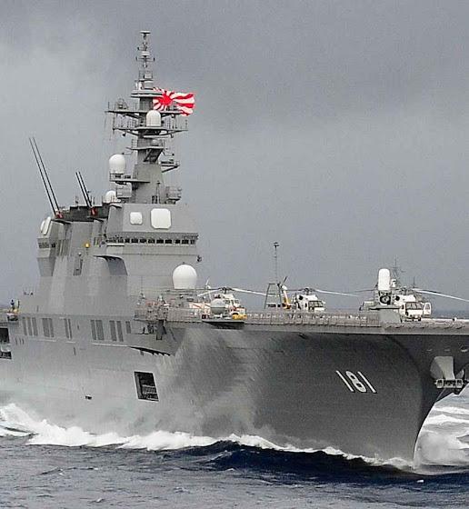 O porta-helicópteros japonês JS Hyuga participando em exercícios no Mar da China.