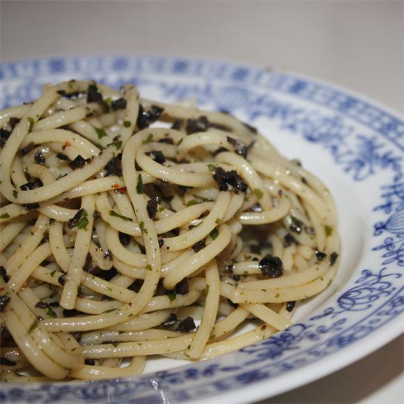 elly 39 s art pasta mit knoblauch und oliven. Black Bedroom Furniture Sets. Home Design Ideas