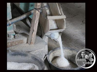 FOTO 2 : proses penyosohan dari beras pecah kulit  menjadi beras yang bersih.