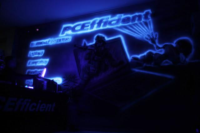 Aranżacja sklepu komputerowego, malowanie obrazu ściennego farbami uv świecącymi w ciemności